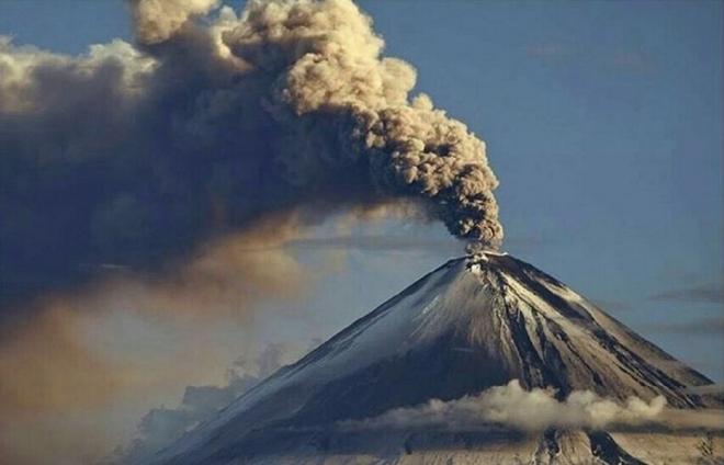 Памятник черному вулканологу