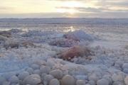 НаВеликих озерах появились тысячи ледяных шаров