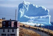 Огромный айсберг в Канаде открыл туристический сезон