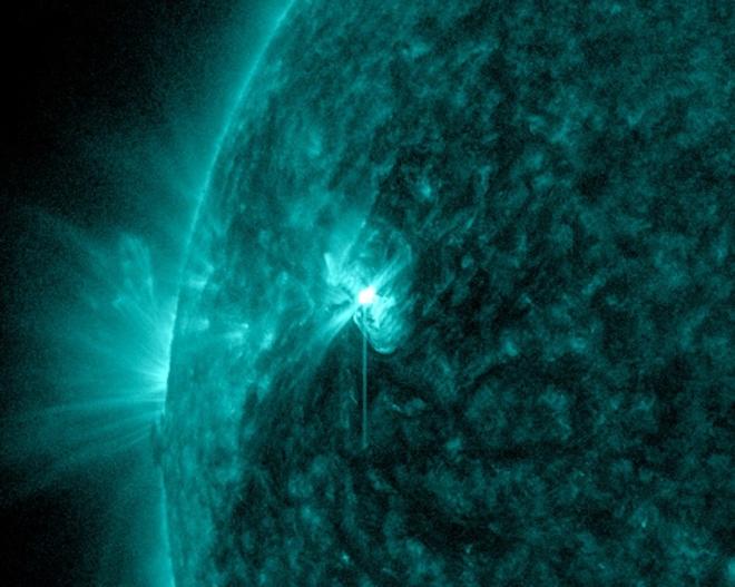 Огромное солнечное пятно поворачивается к Земле